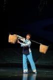 Die Frau Auswahl eine Korb Jiangxi-Oper eine Laufgewichtswaage Lizenzfreie Stockfotos