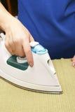 Die Frau bügelt Kleidung Lizenzfreie Stockfotografie
