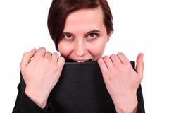 Die Frau beißt den Ordner mit Dokumenten Lizenzfreie Stockfotos