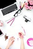 Die Frau übergibt Schreiben gegen Modefrauengegenstände Stockfotos