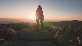 Die Frau, die in den Bergen bei Sonnenuntergang wandert, wagen aktiven Lebensstil im Freien stock video