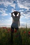 Die Frau in den Mohnblumen lizenzfreies stockfoto
