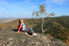 Die Frau an der Felsenspitze Stockfoto