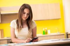 Die Frau der jungen Frau im Budgetplanungskonzept lizenzfreie stockfotos