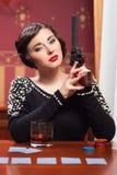Die Frau in der strengen Kleidung in einem Retrostil. Stockfotos