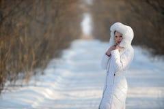 Die Frau in der Winterweißkleidung lizenzfreie stockfotos