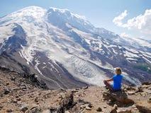Die Frau in der Yogahaltung meditierend mit Eis umfasste Bergblick Stockfotos