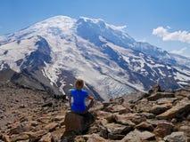 Die Frau in der Yogahaltung meditierend mit Eis umfasste Bergblick Stockbild
