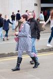 Die Frau, die in allem Houndstooth gekleidet wird, bereitet vor sich, Alabama-Spiel aufzupassen Stockfoto