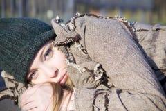 Die Frau, die auf Asphalt liegt. Schließen Sie herauf Portrait Stockfoto