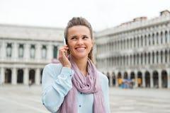 Die Frau, die auf Mobile in St. spricht, markiert Quadrat Stockbild