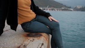Die Frau, die auf Pier sitzt, bewundern malerische Landschaft von Montenegro stock video