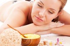 Die Frau, die Badekurort empfängt, entsteint Therapie Stockfotografie