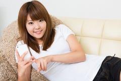 Die Frau, die das smartphone verwendet Lizenzfreie Stockbilder