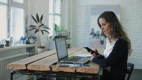 Die Frau, die durch den Laptop arbeitet stock footage