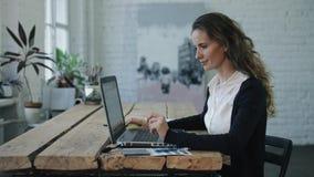 Die Frau, die durch Laptop arbeitet stock footage