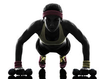 Die Frau, die Eignungstraining ausübt, drücken ups Schattenbild Stockfotografie