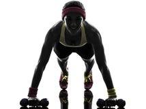 Die Frau, die Eignungstraining ausübt, drücken ups Schattenbild Stockfotos