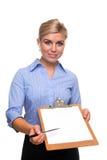 Die Frau, die ein Klemmbrett mit unbelegtem Papier anhält, schnitt heraus Lizenzfreies Stockbild