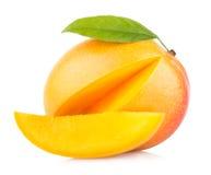 Die Frau, die eine Mangofrucht zeigt, trägt Früchte, geschnitten und geschnitten lizenzfreies stockbild