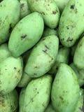 Die Frau, die eine Mangofrucht zeigt, trägt Früchte, geschnitten und geschnitten Stockfotos