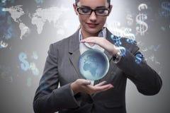 Die Frau, die Erde im Geschäftskonzept hält Lizenzfreies Stockfoto