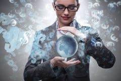 Die Frau, die Erde im Geschäftskonzept hält Lizenzfreie Stockfotografie