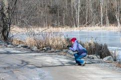 Die Frau, die Fotos macht, nähern sich See Champlain Stockbilder