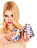 Die Frau, die Grippe hat, nimmt Pillen. Lizenzfreies Stockfoto