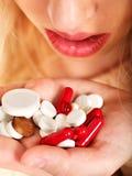 Die Frau, die Grippe hat, nimmt Pillen. Stockfotografie