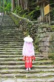 Die Frau, die Heian-Zeitraumkimonos bei Daimonzaka trägt, neigt sich lizenzfreie stockbilder