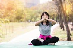 Die Frau, die herein aufwirft, sitzen Meditation Stockbilder