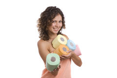 Die Frau, die im Badtuch eingewickelt wird, geben Toilettenpapier. stockbild