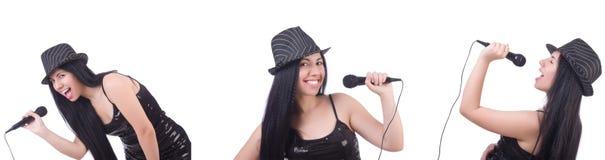Die Frau, die im Karaokeverein in den verschiedenen Haltungen auf Weiß singt lizenzfreie stockfotos