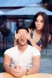 Die Frau, die Man's bedeckt, mustert, ihn auf einem Blind-Date überraschend Lizenzfreies Stockfoto
