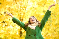Die Frau, die mit den Armen steht, hob an Lizenzfreies Stockfoto