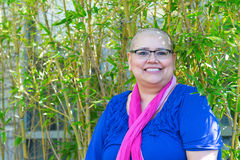Die Frau, die mit Krebs bestimmt wird, behält positive Haltung bei Stockbild
