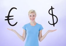 Die Frau, die mit offenen Palmen wählt oder entscheidet, übergibt Euro- oder Dollarwährungsikonen Stockbild