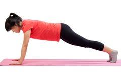 Die Frau, die mit trainiert, drücken Haltung hoch Stockfotos