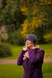 Die Frau, die Retro- gefühlten Hut tragen und die Wollen beschichten Stockfotos