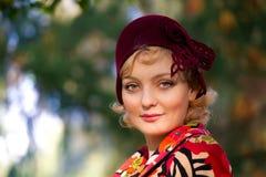 Die Frau, die Retro- gefühlten Hut tragen und die Wollen beschichten Lizenzfreies Stockfoto