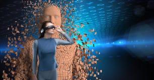 Die Frau, die VR-Kopfhörer gegen 3d trägt, zerstreute menschliche Figur Lizenzfreie Stockbilder