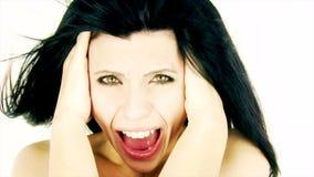 Die Frau, die wie verrückt mit dem Wind durchbrennt in ihrem Haar schreit, lokalisierte Nahaufnahme stock footage