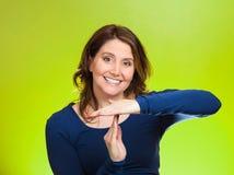 Die Frau, die Zeit heraus zeigt, gestikulieren mit den Händen Stockfoto
