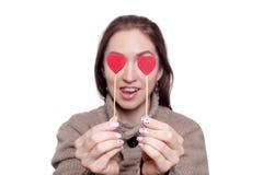 Die Frau, die zwei rote Herzen hält, formen auf Stock Rote Rose und Inneres über Weiß Lokalisiert auf Weiß Lizenzfreie Stockfotos