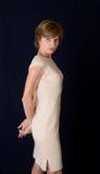 Die Frau in einem beige Kleid Stockfoto