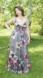 Die Frau in einem Garten. Lizenzfreies Stockfoto