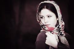 Die Frau in einem gestrickten Schal Stockfoto