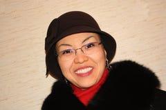 Die Frau in einem Hut und in den Gläsern Lizenzfreie Stockbilder