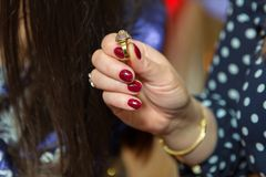 Die Frau, die einen Ring in seiner Hand hält, Bild hat eine flache Schärfentiefe, also ist sein Gesicht nicht erkennbar lizenzfreie stockfotografie